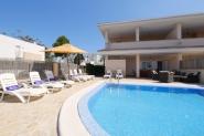 Strandnahes modernes Ferienhaus-privater Pool, Sonnenterrasse, AC,TV, Wifi, BBQ